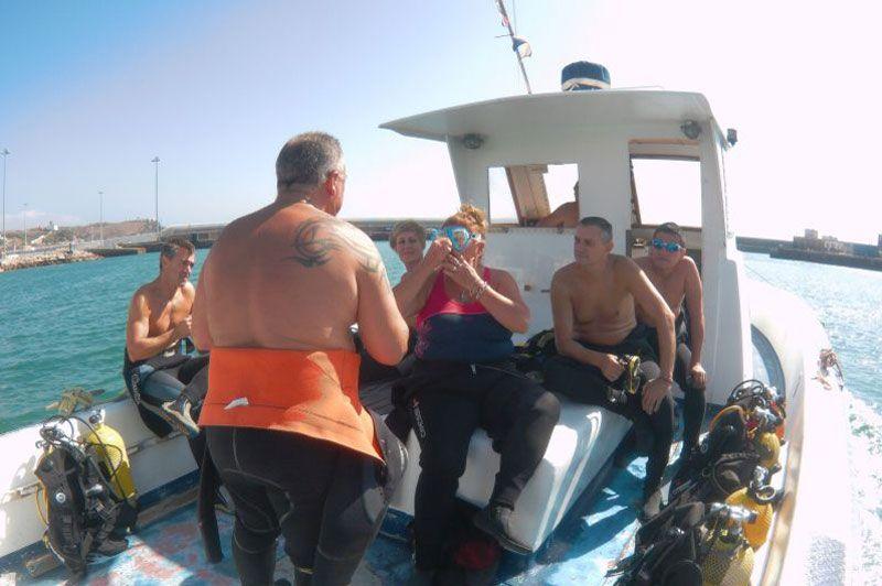 Clase de buceo en tarifa en el barco