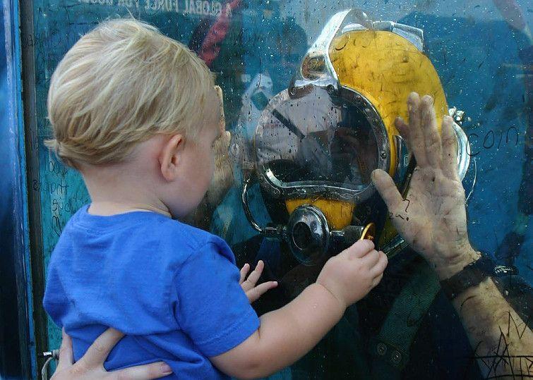 buzo profesional con niño