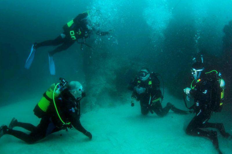 Clase de buceo debajo del agua en Tarifa Cadiz